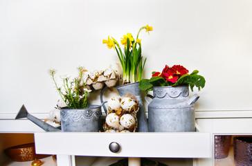 Wielkanocne dekoracje z kwiatami i jajkami