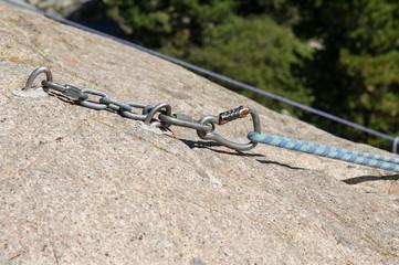 particolare corda e moschettone arrampicata