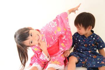 笑顔の幼い姉弟