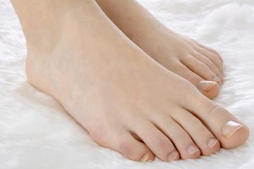 Schlanke Füße eines Teenagers