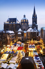 Weihnachtsmarkt vor Aachener Dom