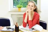 Schülerin mit Freude beim Lernen