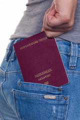Hand einer Frau mit Reisepass