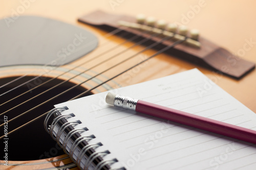 Póster Notebook and pencil on guitar