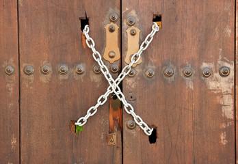 Puerta de madera cerrada con cadena