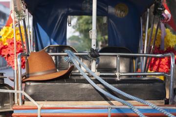 Hut und Zügel auf einer Pferdekutsche in Lampang