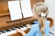 mädchen spielt Klavier - 69054382