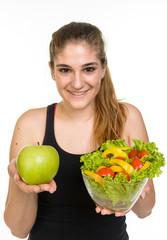 Ragazza che mangia frutta e verdura