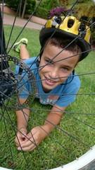 Niño detrás de rueda de bici