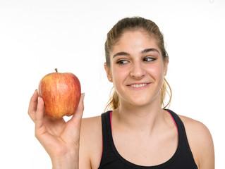 Ragazza con una mela