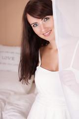 lächelnde Frau im weißen Kleid
