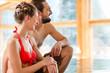 Paar am Pool im Wellness Spa