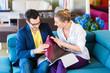 Paar sucht Couch Bezug in Möbel Geschäft aus