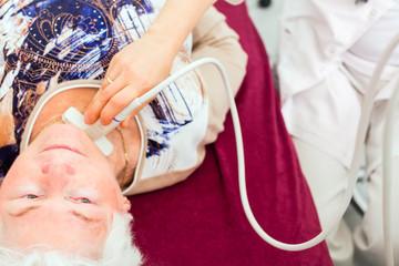 Doktor bei Ultraschall Untersuchung