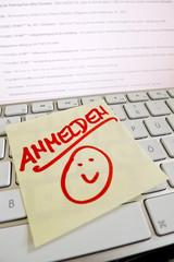 Notiz auf Computer Tastatur: Anmelden