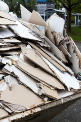 Bauschutt. Gipskartonplatten im Container