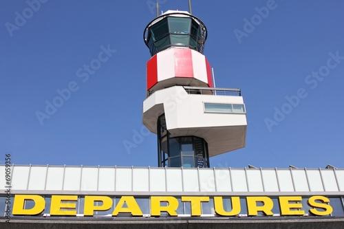 Terminal am Flughafen mit Tower - 69059356