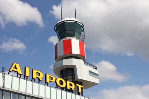 Fotobehang Luchthaven Terminal am Flughafen mit Tower
