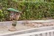 Ein grüner Sandstampfer bei Bauarbeiten für einen neuen Fussweg