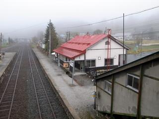 霧雨の田舎の駅