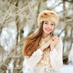 Beautiful smiling young woman portrat in winter