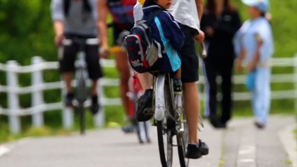 歩く親子と自転車たち