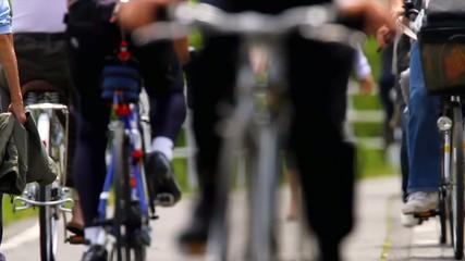 歩く女性と自転車の群れ