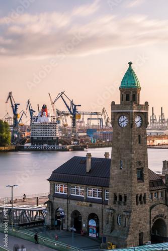 Foto op Aluminium Poort Queen Elizabeth in der Hamburger Docks