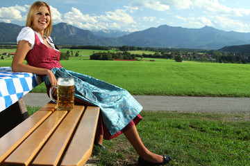glückliche Frau in den Bergen