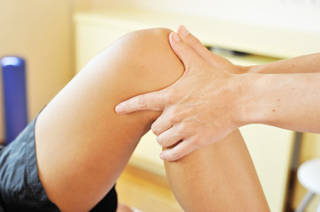 Osteopath untersucht ein Knie