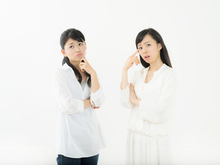悩む・女性二人