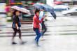 Frauen unterwegs bei Regenwetter