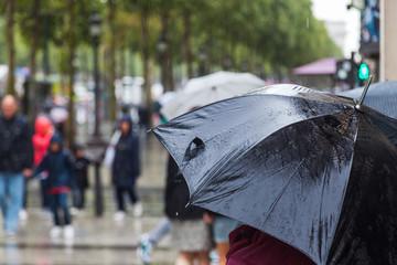 bei Regen in der Stadt unterwegs
