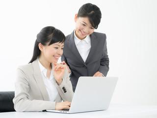 ノートパソコンを見るビジネスウーマン