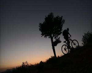 bisikleti yokuşa sürmek