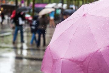 Einkaufsbummel bei Regen
