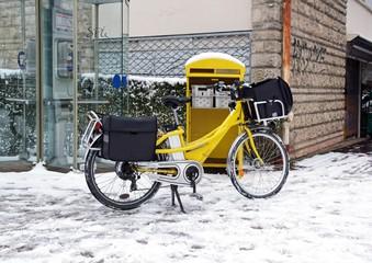 Distribution du courrier en vélo, l'hiver sous la neig