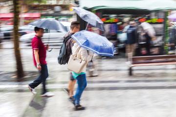 Menschen in der regnerischen Stadt