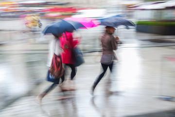 Menschen in der Stadt bei Regen