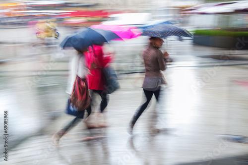 canvas print picture Menschen in der Stadt bei Regen