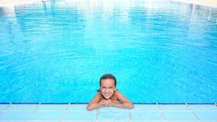 Niña sola en piscina grande
