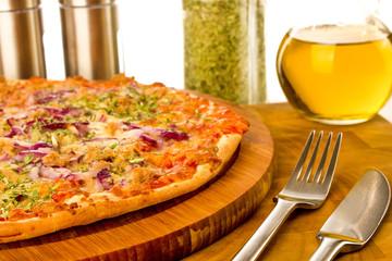 Pizza Thunfisch auf Holzteller