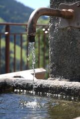 l'eau d'une fontaine en montagne