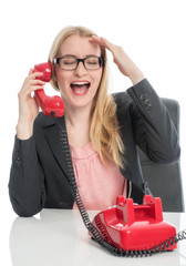 Blonde Geschäftsfrau telefoniert am Schreibtisch