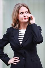 Geschäftsfrau mit skeptischem Blick