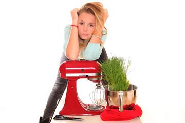 Junge Frau mit Küchenmaschine
