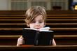 Junge liest im Gotteslob - 69091979