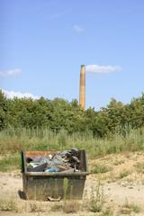 Müllcontainer und Schornstein