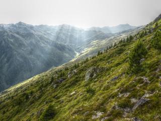 Lichtstrahlen im Gebirge in HDR