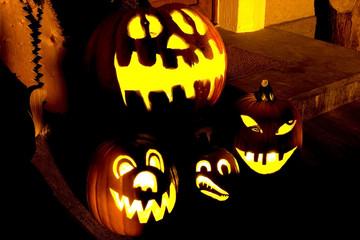 Halloweenkürbisse Nachts vor der Tür